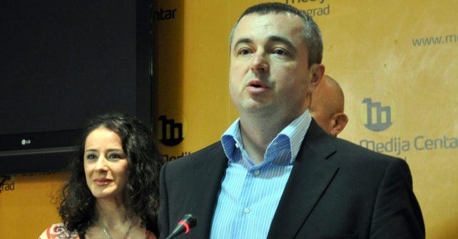 Na fotografiji je prikazan političar, inženjer elektrotehnike: Dušan Bajatović