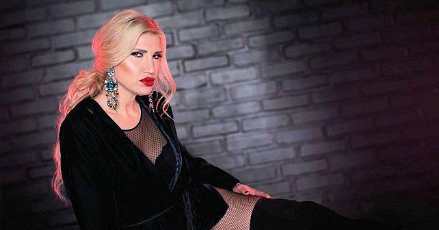Na fotografiji je prikazan pevačica: Jovana Tipšin