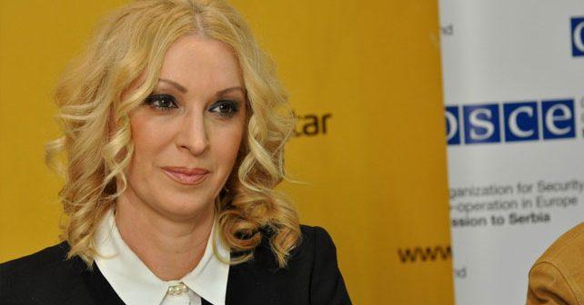 Na fotografiji je prikazan novinar, voditeljka: Olivera Kovačević