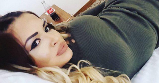 Na fotografiji je prikazan pevačica: Aleksandra Mladenović