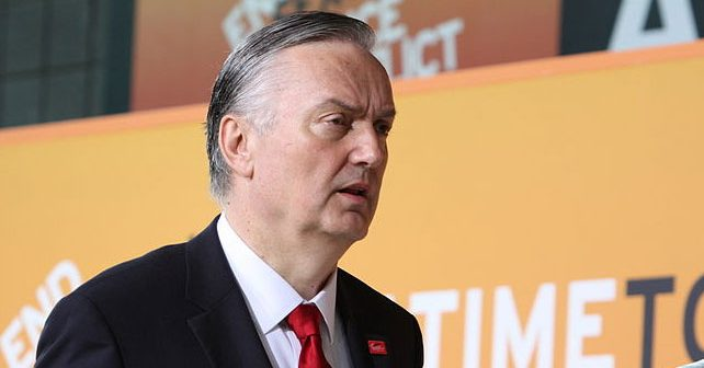 Na fotografiji je prikazan političar, ministar vanjskih poslova bih: Zlatko Lagumdžija