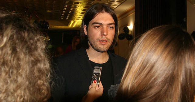 Na fotografiji je prikazan političar, aktivist za ljudska prava, inženjer elektrotehnike i informacionih tehnologija: Ivan Vilibor Sinčić