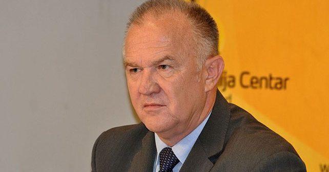Na fotografiji je prikazan političar, diplomirani ekonomista: Dragan Čavić