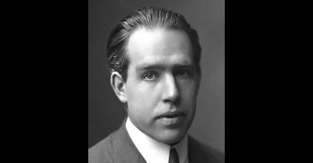 Na fotografiji je prikazan fizičar: Nils Bor (Niels Bohr)