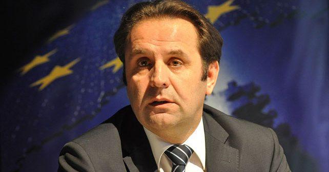 Na fotografiji je prikazan političar, ministar, doktor medicine: Rasim Ljajić