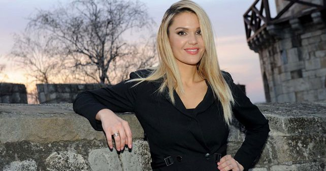 Na fotografiji je prikazan pevačica: Lena Kovačević