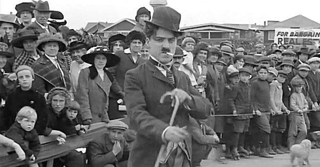 Na fotografiji je prikazan glumac, producent: Čarli Čaplin (Charlie Chaplin)