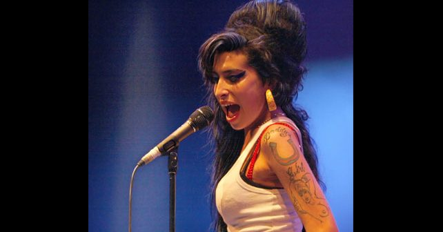 Na fotografiji je prikazan pevačica: Ejmi Vajnhaus (Amy Winehouse)