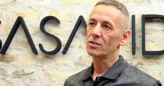 Na fotografiji je prikazan modni dizajner, stilista, modni kritičar: Saša Vidić