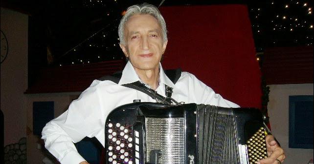 Na fotografiji je prikazan harmonikaš, kompozitor, aranžer: Mirko Kodić