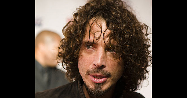 Na fotografiji je prikazan pevač, gitarista: Kris Kornel (Chris Cornell)